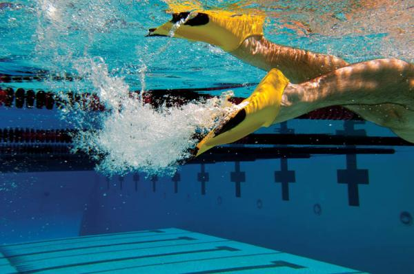 What Are the Benefits of Swimming With Fins?